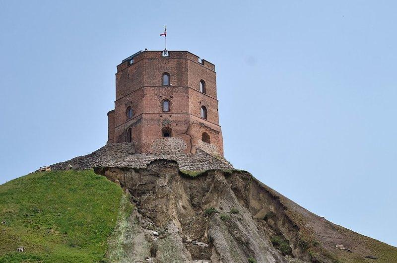 Как разрушается символ государственности Литвы - замковая гора с башней Гедиминаса
