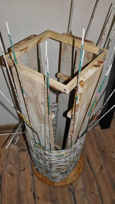 Плетение из газет. Высокое кашпо для комнатного фикуса (6) (393x700, 203Kb)