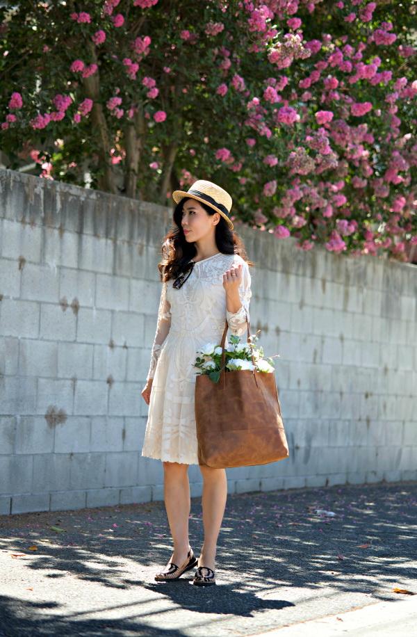 Девушка с большой сумкой и в белом платье