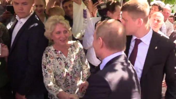 Прохожая поцеловала Путина на Арбате!
