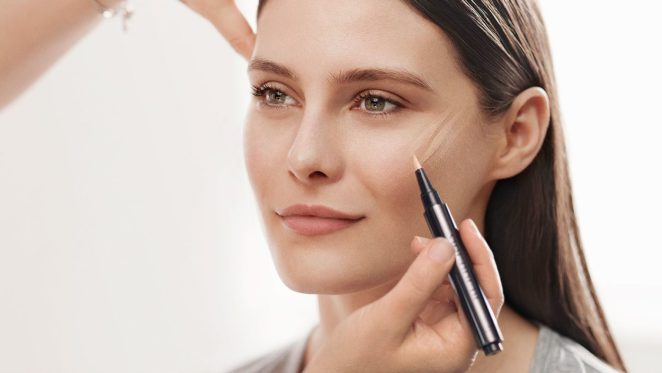 Незаменим для макияжа — как можно применить консилер не по назначению, но с пользой