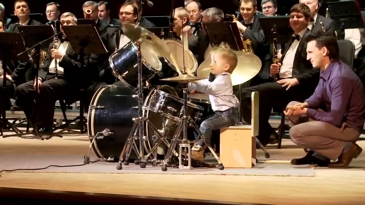 Зажигательное выступление 4-летнего барабанщика!
