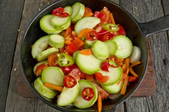 Выкладываем овощи в сковороду и тушим под крышкой