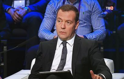 Медведев отметил пользу системы видеонаблюдения на примере футболистов