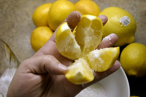 Разрежьте 1 лимон на 4 части…