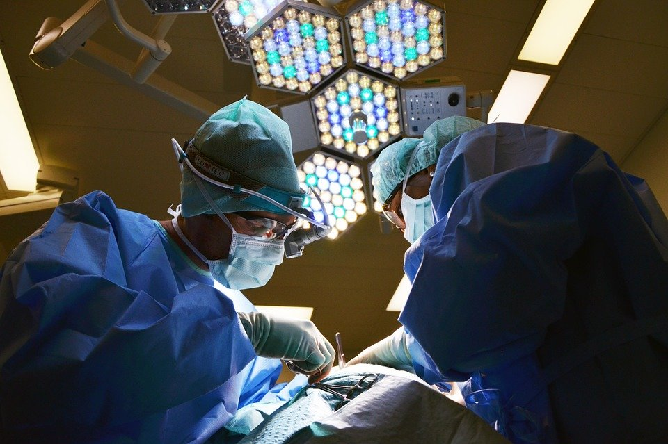 У американки после операции под мышкой выросла «третья грудь»