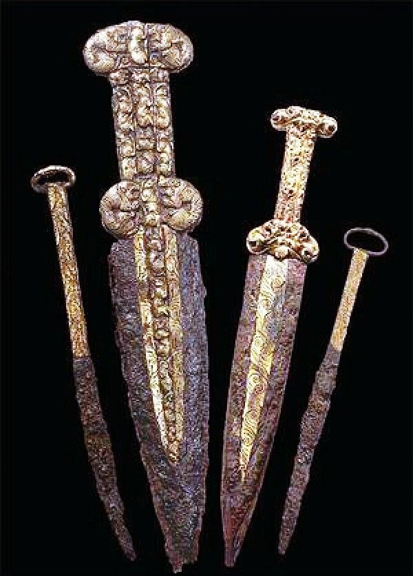 Скифские железные акинаки и ножи из кургана Аржаан-2