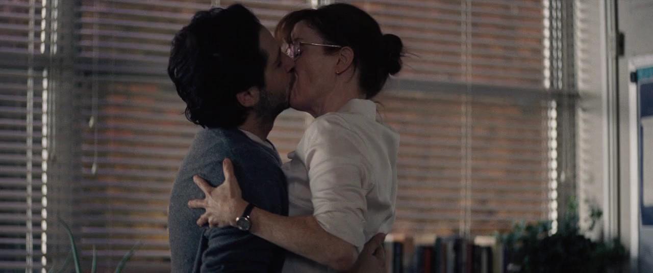 Ко мне  школьный учитель набивается в любовники... Что делать?
