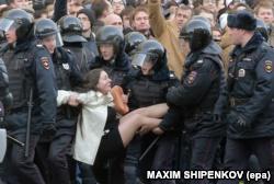 Полиция задерживает участницу протестной акции 26 марта 2017 года