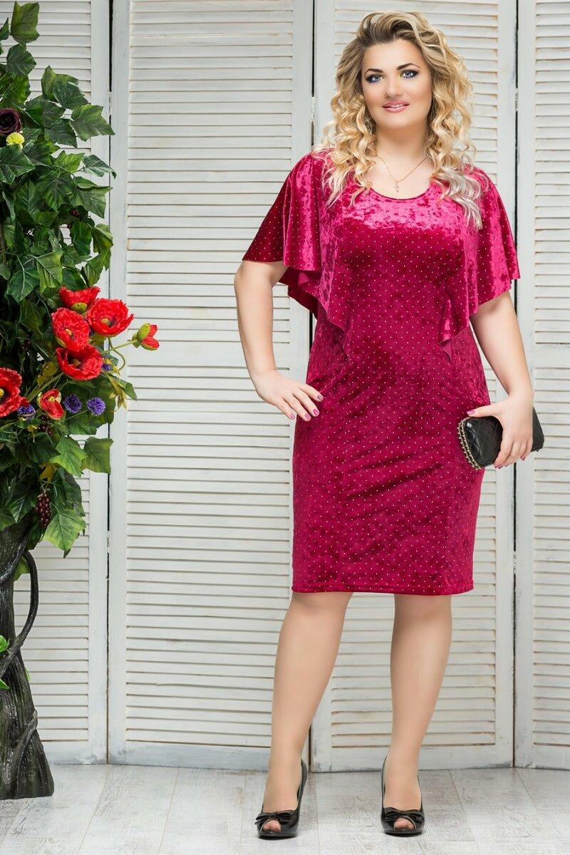 Женщина в бархатном малиновом платье. /Фото: b-razmer.ru