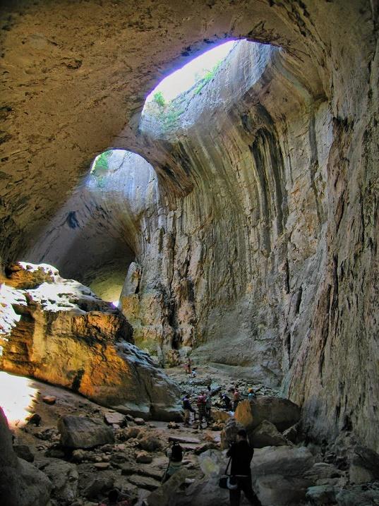 Необычная пещера Проходна в Болгарии. Фото