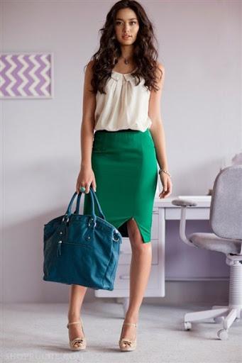 С чем носить зеленую юбку-карандаш: вариант для офиса