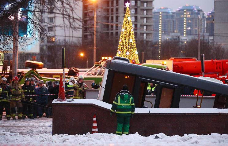 В Москве автобус на скорости протаранил людей в подземном переходе