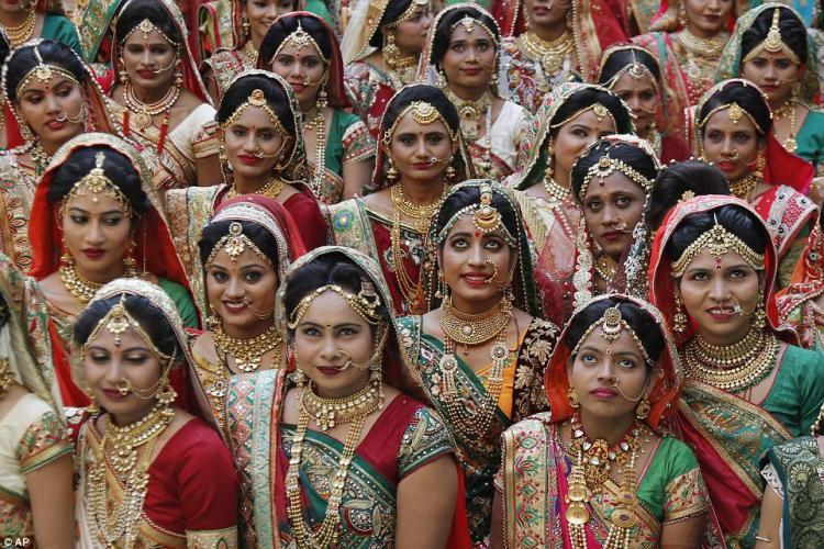 Индийский алмазный магнат устроил массовое бракосочетание для невест-сирот
