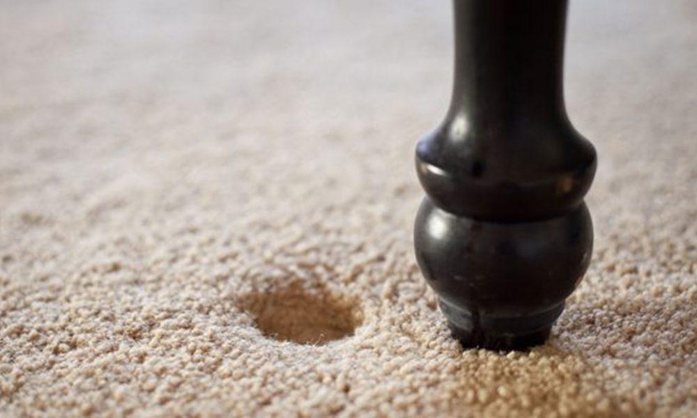 Как убрать вмятины от мебели на ковре