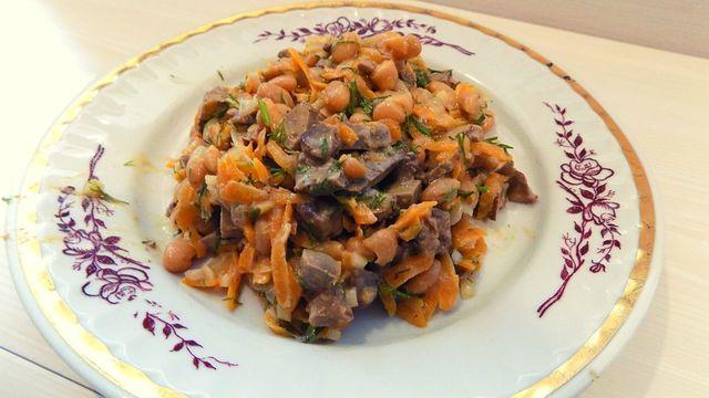 Фото к рецепту: Салат с отварной куриной печенью и белой фасолью