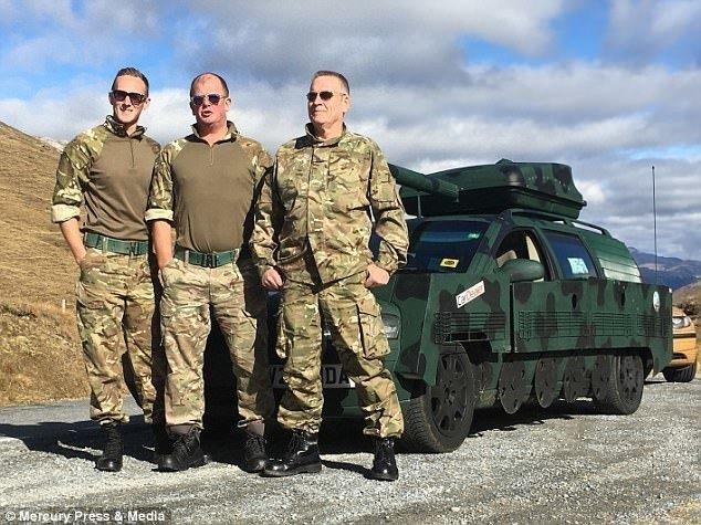 """Четверо друзей переделали старый Volvo в танк и поехали """"угарать"""" по Европе"""