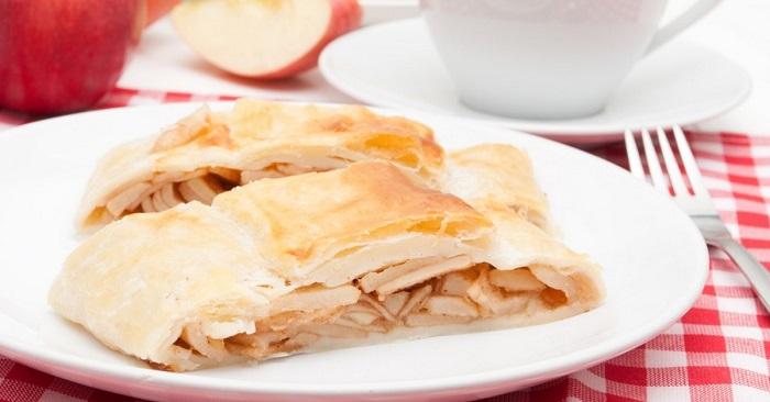 Ленивый яблочный штрудель из лаваша: готовится быстро, съедается еще быстрее!
