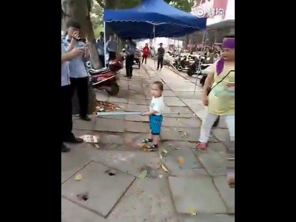 """Карапуз, защищающий бабушку от """"муниципалов"""" с обрезком трубы в руках, покорил YouTube"""