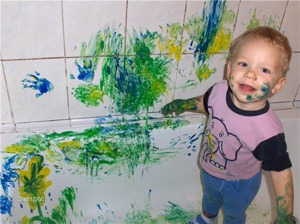 Стена. Краска. Ребенок. Мама.