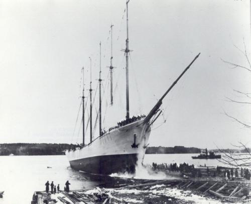 """Кэрролл А. Диринг 5-мачтовая шхуна """"Кэрролл А. Диринг"""" была построена в 1911 году и названа в честь сына конструктора. Но свою известность этот корабль получил после того, как при загадочных обстоятельствах исчез в Бермудском треугольнике в 1920 году. В том же году в Бермудском треугольнике пропало 8 кораблей. """"Кэрролл А. Диринг"""" был обнаружен спустя год – 31 января 1921 вблизи мыса Хаттерас, Северная Каролина."""