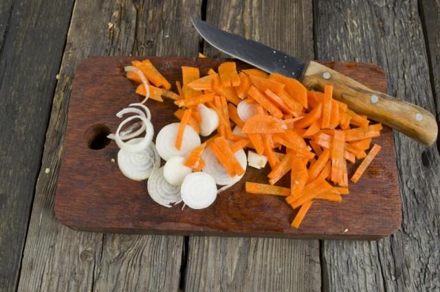 Нарезаем морковь и репчатый лук