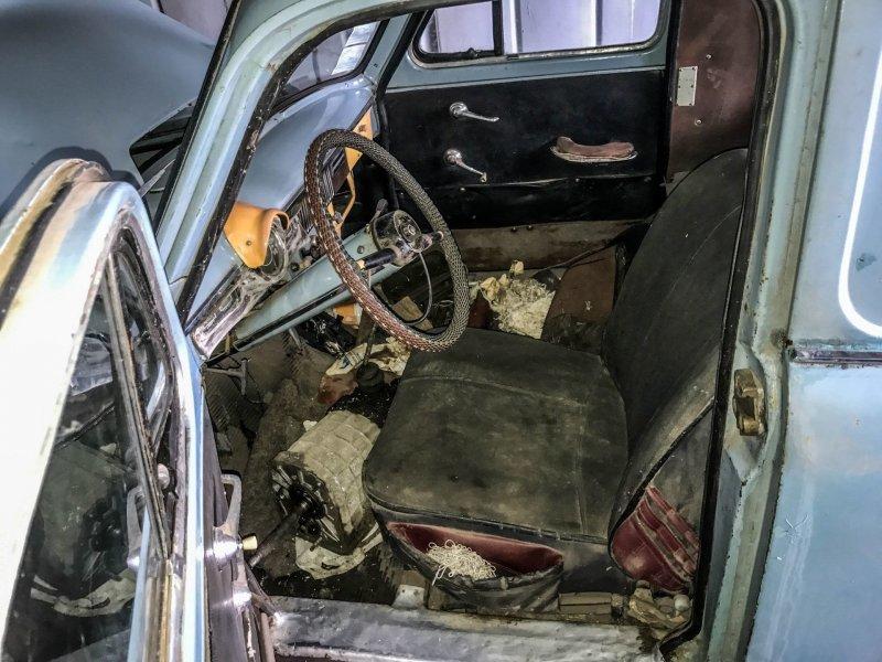Водительское кресло укрыто мощным чехлом: снять его не получилось Москвич-430, авто, азлк, москвич, находка, олдтаймер, ретро авто, фургон