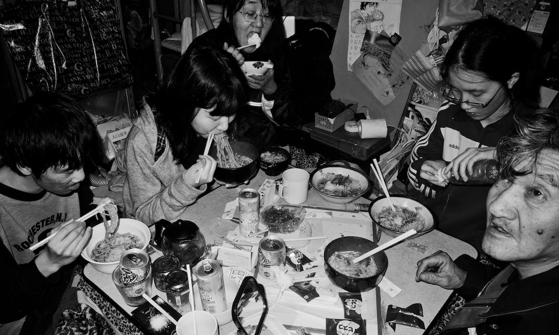 Фотограф показал, как живет его многочисленная семья в однокомнатной квартире