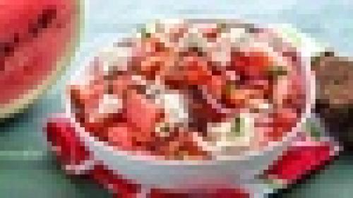 Салат из арбуза, сыра и помидоров.