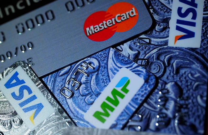 «Подаркам» и «возврату долга» больше не верят — банки все чаще блокируют карты россиян при переводах