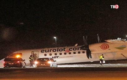 """Польский самолет сел на """"брюхо"""" в аэропорту Варшавы"""