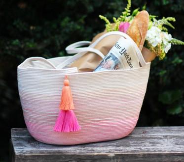 Мастерица сшила бельевую веревку цветными нитками, чтобы сделать практичную и красивую сумку…