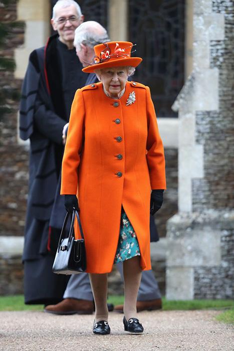 Королева Великобритании в оранжевом.