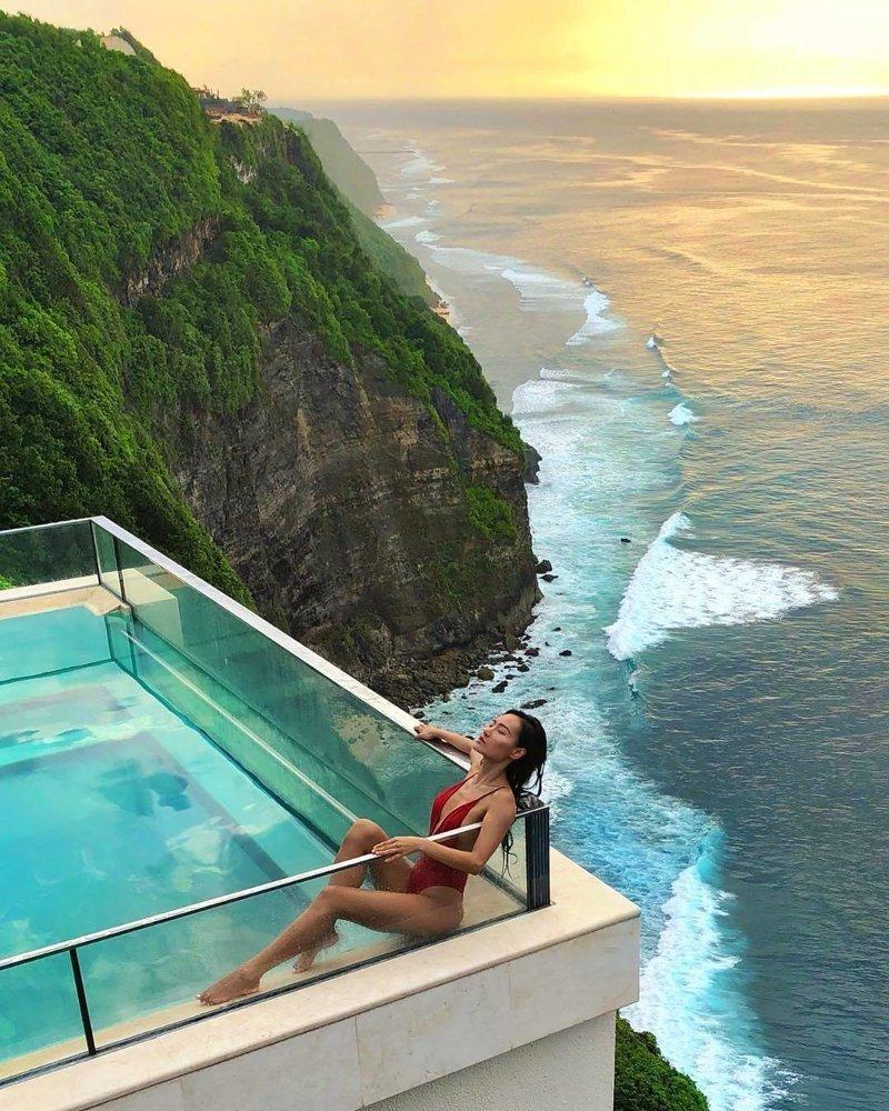 Этот эпический бассейн на Бали расположен на 150-метровой высоте. И у него стеклянное дно