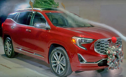 Хуже всего - елка на крыше. GM украсил авто к Новому году