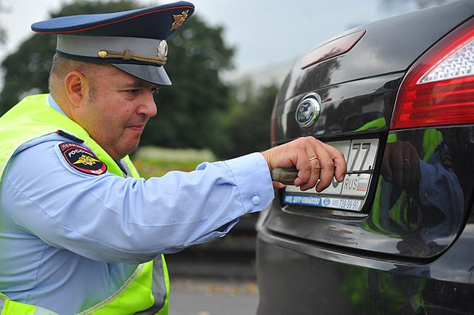 Сотрудникам ГИБДД запретили снимать номера с машин