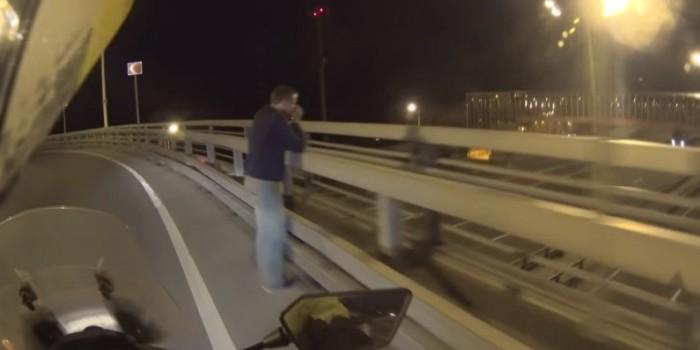 Видео дня: байкер спас самоубийцу, предложив ему покататься на мотоцикле