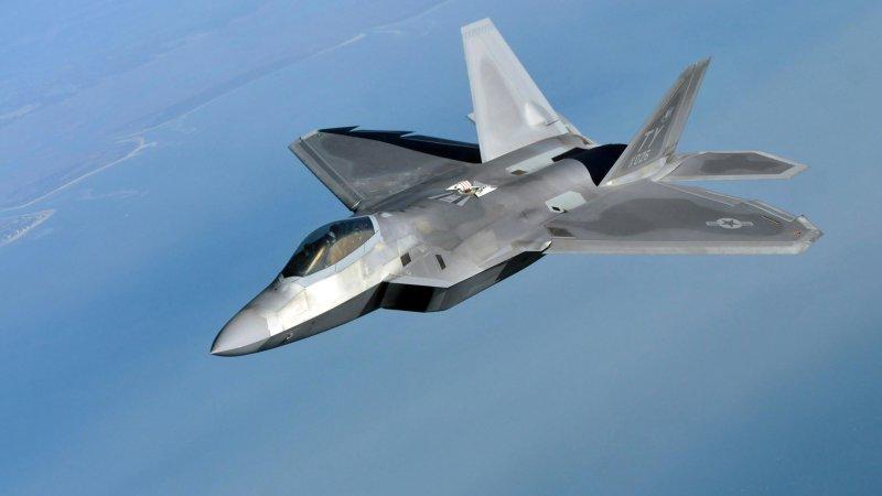Американские истребители F-22 попали под сильный ураган во Флориде