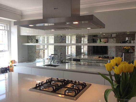Кухня в цветах: черный, серый, светло-серый, белый, темно-зеленый. Кухня в стилях: минимализм.
