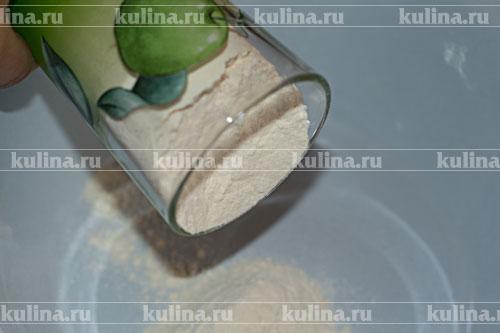В миску всыпать пшеничную муку.