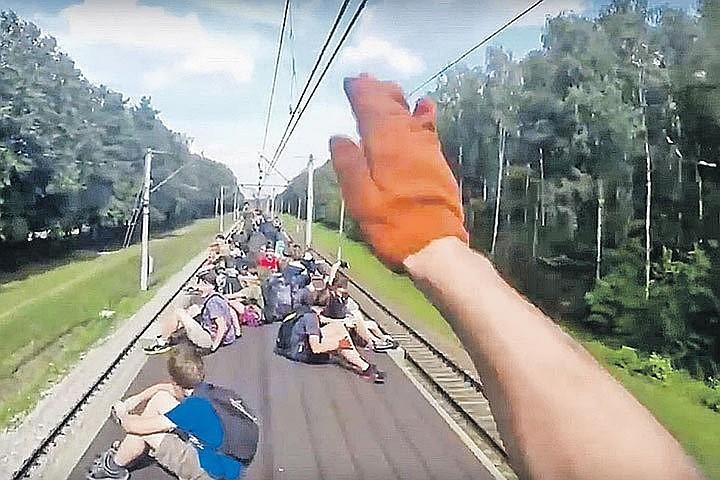 Мосгордума увеличит штрафы за катание на крышах поездов в 25 раз