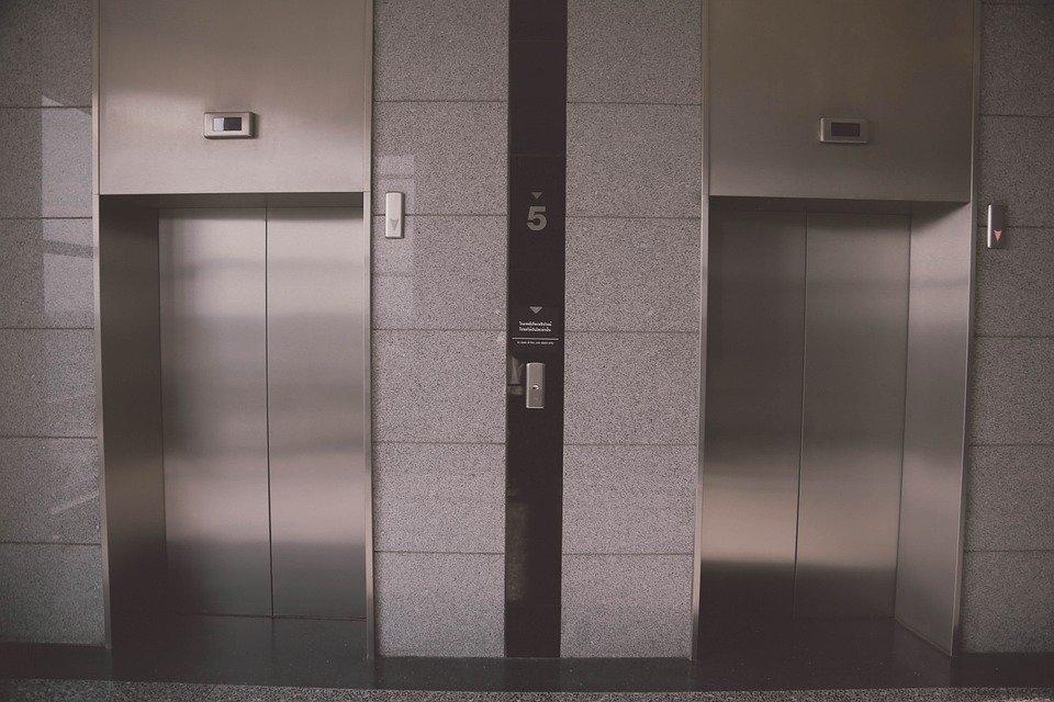 В петербургских жилых домах заменили 8 тысяч лифтов