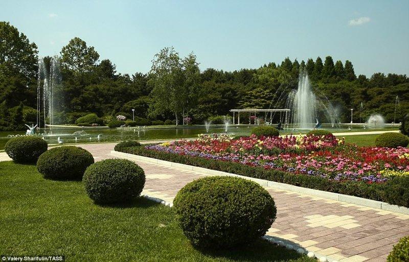 На территории есть красивый парк, где можно гулять, наслаждаясь цветами и фонтанами Пхеньян, дворец, ким чен ын, лидер партии, лидеры государств, резиденция, репортаж, северная корея