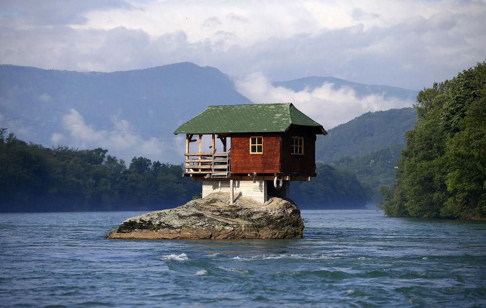 Дом, построенный на скале на реке Дрина в Сербии, в 160 км от Белграда