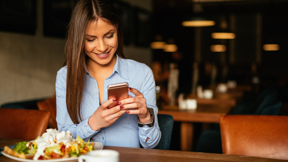 Мужчина решил засудить девушку, все свидание просидевшую в смартфоне