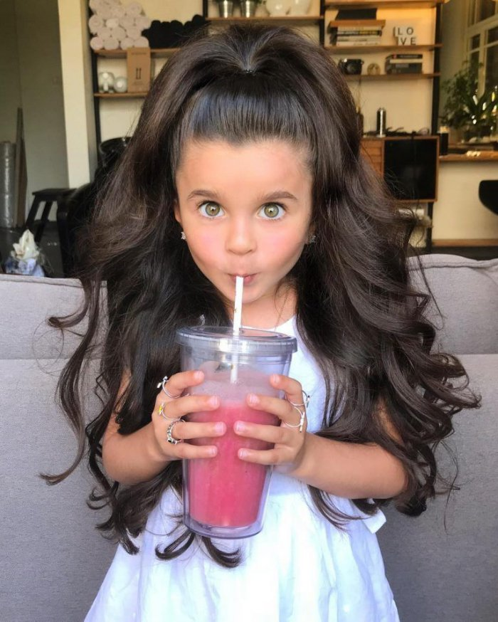 Маленькая девочка с роскошны…