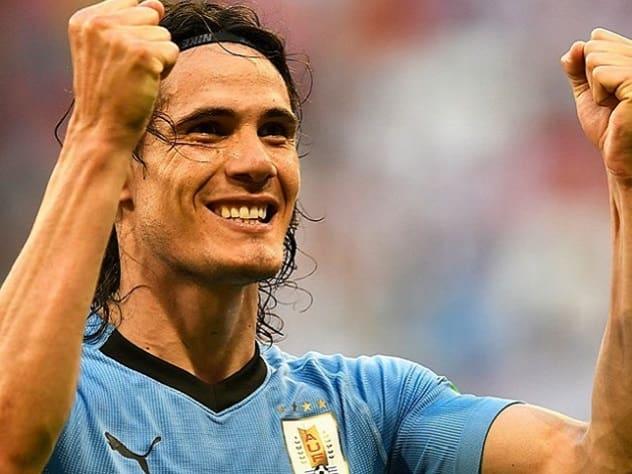 Звезда футбола Кавани водрузил флаг Уругвая на берегу моря в Сочи