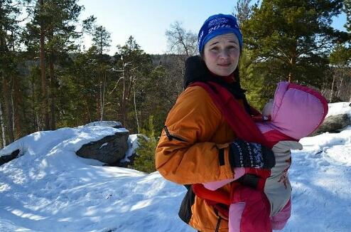 За и против: уральская мама водит свою дочку в горные походы с трех месяцев