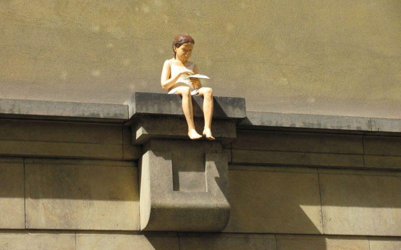 Необычные памятники Праги. Скульптура «Ласточка» и скульптура «Эмбрион»