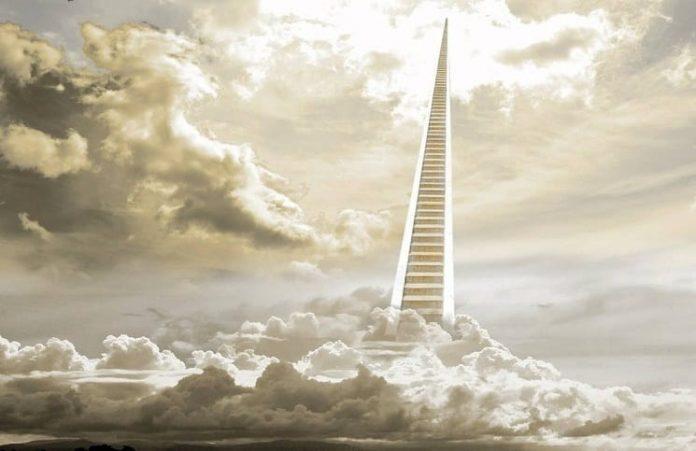 Политик умирает и отправляется на небеса.